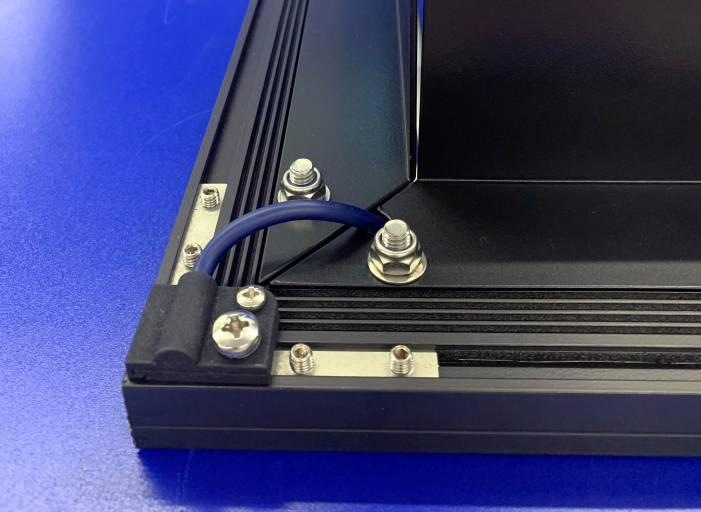 Die zweiteilige ineinandergreifende Kabelklemme von Spanlite verringert die Zuglast auf das Kabel und bietet gleichzeitig Schutz vor den Kanten des Aluminiumgehäuses.
