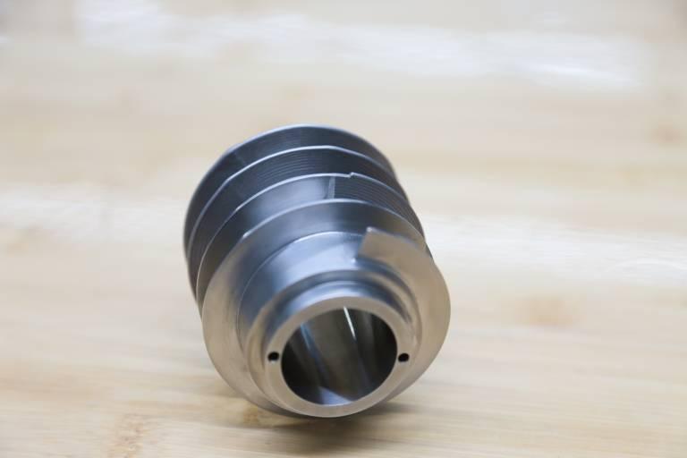 Der große Vorteil der LMD-Technologie besteht darin, auf bestehende Grundkörper Geometrien materialsparend und endkonturnah aufbringen zu können, die danach durch Zerspanung in die finale Form gebracht werden.