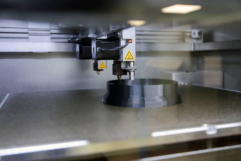 Die zwei unabhängig ansteuerbaren Druckköpfe ermöglichen Parallelverarbeitung oder die Verarbeitung unterschiedlicher Materialien.