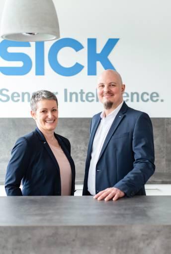 ppa. Mag. (FH) Michaela Pfaffenlehner, Leitung HR und Mitglied der Geschäftsleitung bei Sick Österreich und DI (FH) Christoph Ungersböck, Geschäftsführer Sick Österreich.