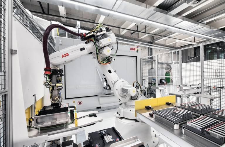 Kernelement der Energiespeicher-Fertigung bei ABB in Baden (CH) ist eine hochkomplexe Montage- und Laserschweißanlage, in der zwei ABB-Roboter den hohen Qualitäts- und Sicherheitsanforderungen Rechnung tragen.