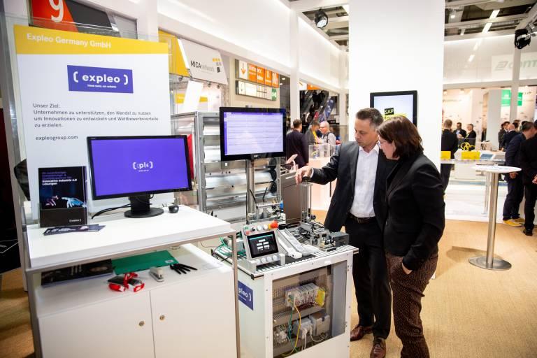 Expleos Industrie-4.0-Showcase demonstrierte am Harting-Stand auf der SPS 2019, wie Produktionsdaten durch den Edge-Computer MICA gesammelt und in der SmartANIMO-Applikation ausgewertet werden.