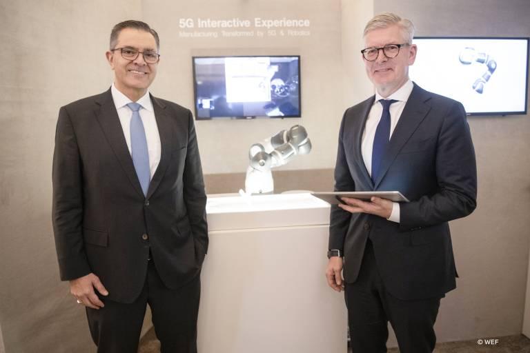 Sami Atiya, Leiter des ABB-Geschäftsbereichs Robotik und Fertigungsautomation, und Börje Ekholm, CEO von Ericcson, präsentierten während des WEF 2020 in Davos erstmalig, wie einfach und effektiv Roboter über grosse Entfernungen mittels 5G-Echtzeitkommunikation gesteuert werden können.