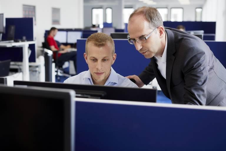 Qualifizierte Mitarbeiter, die mit Softwarelösungen perfekt umgehen und ihr Wissen weitergeben können, sind ein entscheidender Erfolgsfaktor für Unternehmen.