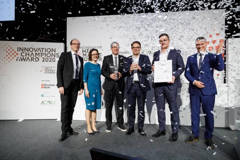 Erster Platz für ONCITE: Dr. Sebastian Ritz von German Edge Cloud (Mitte) und Dieter Meuser von IoTOS (Mitte rechts) freuen sich über den Innovation Champions Award 2020. (Bild: Thorsten Jochim).