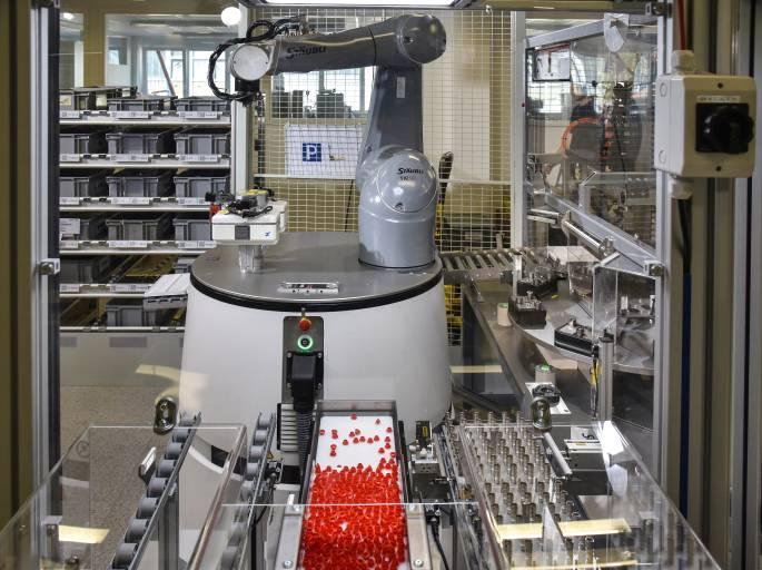 Der universelle Produktionsassistent HeLmo kann mehrere Aufgaben übernehmen, selbstständig die entsprechenden Arbeitsstationen anfahren und dort nach kurzer Einmessphase Arbeiten mit einer Genauigkeit im Zehntelmillimeterbereich ausführen.