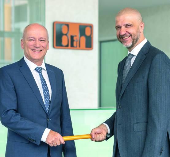 Peter Gucher (links) geht nach 34 Jahren bei B&R in den wohlverdienten Ruhestand und übergibt seine Position als Vertriebs-Geschäftsführer an Luca Galluzzi.