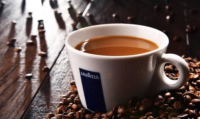 Bis Kaffee duftend vor uns steht, durchläuft er einen langen Prozess. Antriebs- und Automatisierungstechnik aus dem Hause SEW-Eurodrive half, den Verpackungsproezss umweltfreundlicher zu gestalten.