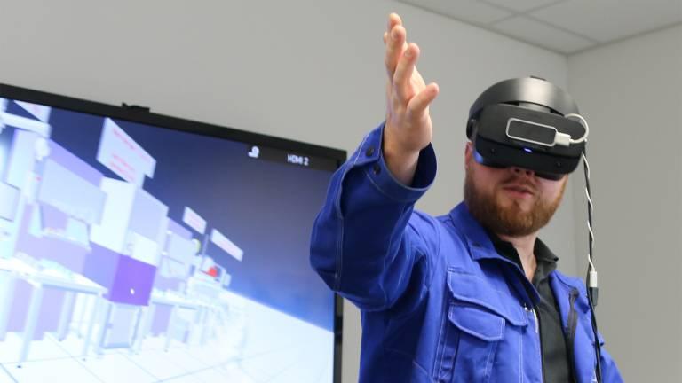 Marc Schneider, Teamleiter in der Stöber Getriebemontage bei der Simulation der neuen Produktionslinie via Virtual Reality.