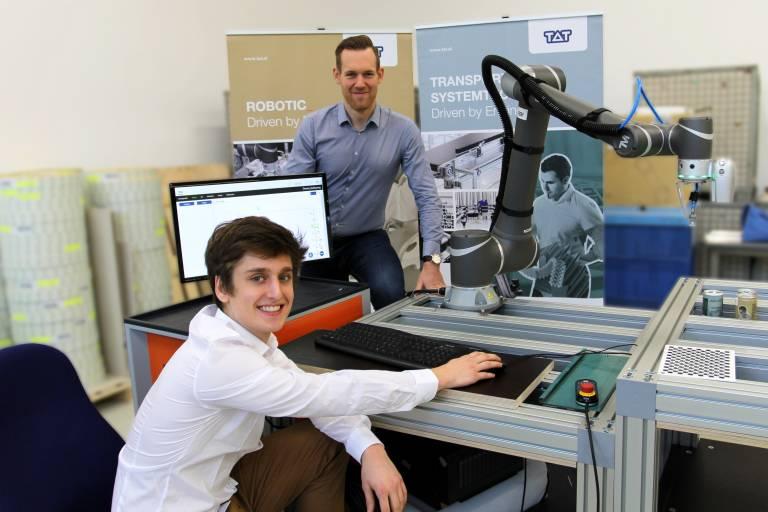 © TAT Der neue Gebietsleiter für Steiermark, Kärnten und Osttirol Thomas Strauss (hinten) mit Junior System Engineer Elias Radauer im TAT-Robotic-Labor.