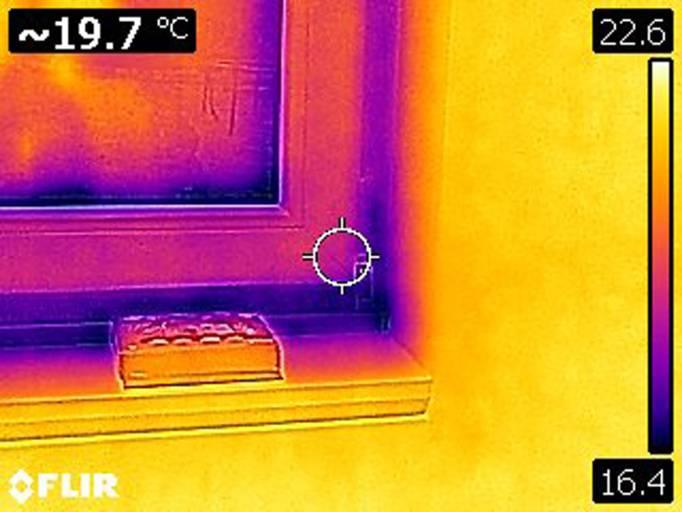 Die dunklen Stellen am Fensterrahmen zeigen deutlich, dass hier Energieverluste auftreten.