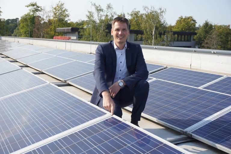 Harting setzt auf Photovoltaik: Hier Dr. Stephan Middelkamp, Zentralbereichsleiter Qualität und Technologien, auf dem Dach des Harting Qualität und Technologiecenters (HQT) in Espelkamp.