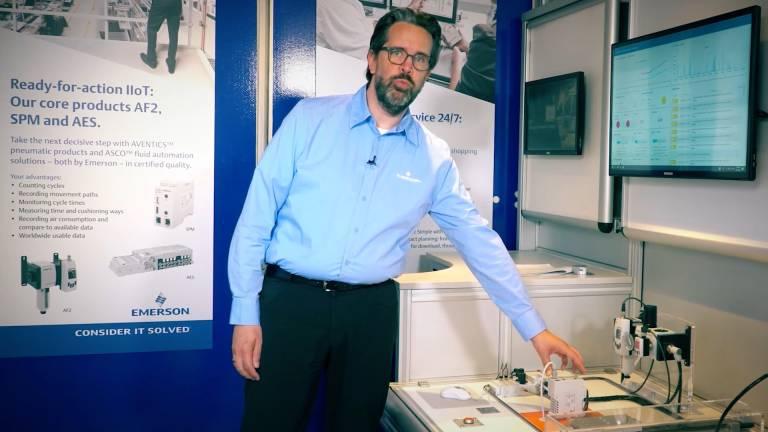 Wolf Gerecke, Director of Pneumatic Product Marketing, demonstriert Kernprodukte von Emerson für IIoT im mobilen Event-Servicecenter von Emerson. Persönliche und digitale Rundgänge beginnen am 4. November.