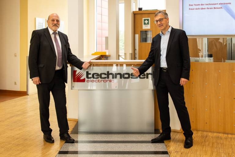 Johannes Gschwandtner (links) übergibt nach 32 Jahren erfolgreichen Wirkens technosert an seinen Nachfolger und neuen Eigentümer Mag. Hermann Schübl (rechts). Fotocredit: APA OÖ, Philipp Greindl