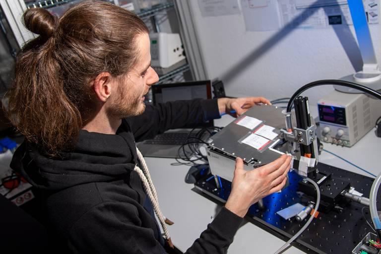 Q.ANT und SICK entwickeln gemeinsam Quantensensoren für die Industrie. An diesem Messstand überprüft ein Mitarbeiter von Q.ANT die Gesamtfunktionalität des Sensors.