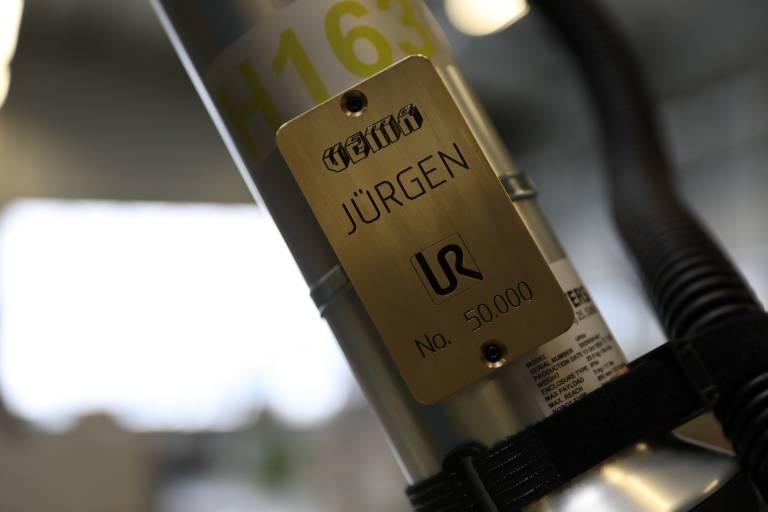 Der neue Cobot bei Vema wird Jürgen genannt - zu Ehren des Präsidenten von UR, Jürgen von Hollen.