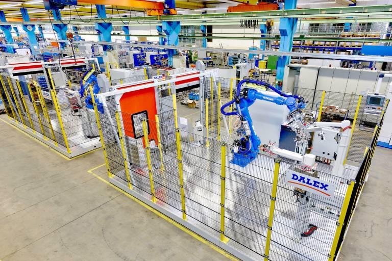 Zum Schweißen von Isolationshalbschalen am Abgasstrang entwickelt und baut Dalex vielfältige, abgestimmte Automationslösungen, wie zum Beispiel hier zwei baugleiche Roboterzellen mit stationären Schweißmodulen. (Bilder: Dalex)