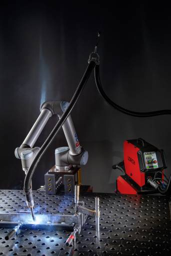 Aufgeräumter Schweißtisch und schnelle Integration: Ein großes Plus beim kollaborativen Lorch-Roboterschweißen ist der geringe Aufwand mit Vorrichtungen. (Bilder: Lorch)