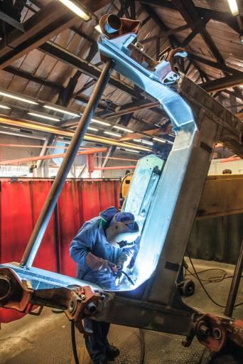 Matisa fertigt als Sondermaschinenhersteller Drehgestelle und fast alle anderen Stahlkonstruktionen für die Gleisbaumaschinen im eigenen Werk am Genfer See. Immer mit dabei: die robuste und effiziente Schweißtechnik von Fronius. (Bilder: Fronius)
