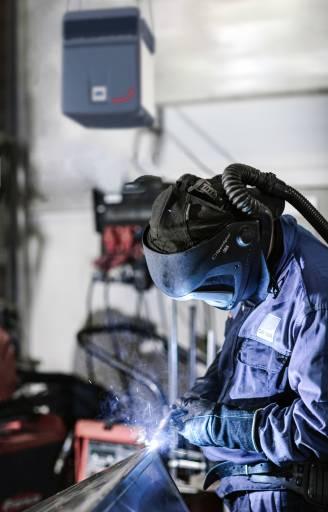 Mitarbeitergesundheit steht an erster Stelle: Die Hightech-Luftreinigungssysteme von Zehnder schaffen bei GEWA Blechtechnik auch in der Handwerkstatt und der Schweißerei die dafür nötigen Voraussetzungen. (Bilder: Zehnder Group)