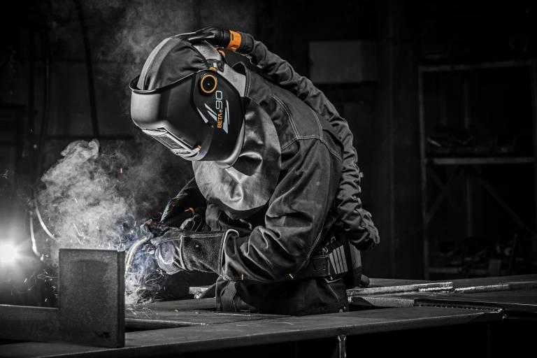 Die neuen Modelle der Alfa und Beta e-Serien bieten ausgezeichneten Schutz beim Lichtbogenschweißen, Schneiden, Schleifen, Fugenhobeln sowie bei Prüfarbeiten.
