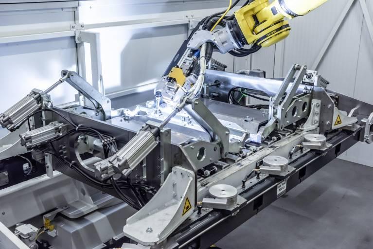 Das LaserHybrid-Schweißen der Längsnähte erfolgt mit Hilfe eines Fanuc-Roboters.
