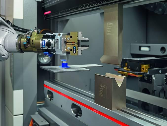Der Roboterarm in der Bending Cell von Bystronic bringt das zu bearbeitende Werkstück präzise zum Biegewerkzeug.
