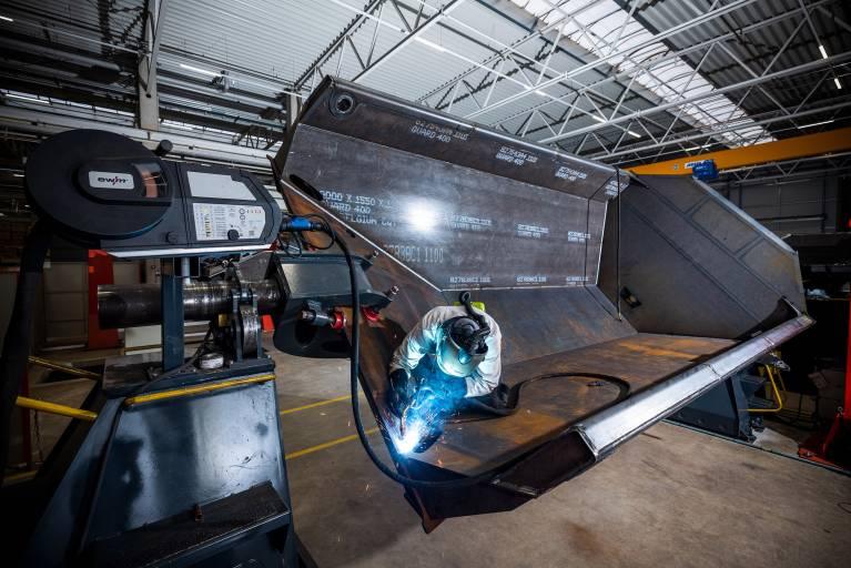 Allein durch den geringeren Stromverbrauch können Unternehmen mit einer Taurus Steel im Vergleich zu einer stufengeschalteten Schweißmaschine laut EWM 3.000 kWh und mehr im Jahr sparen. (Bilder:EWM)