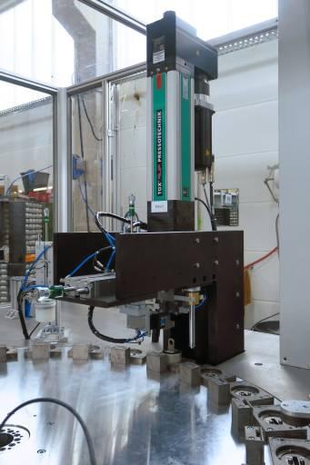 Reko rubbertech entwickelte eine integrierte Montagestation zum Einpressen von Stahlteilen in Gummi-Schwingungsdämpfer. Für den Antrieb sorgt der TOX-ElectricDrive EQ-K 055.