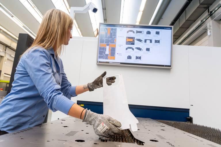 Ein Ergebnis der Kooperation ist der Sorting Guide von Trumpf, der mittels KI Mitarbeiter bei der Entnahme lasergeschnittener Blechbauteile unterstützt. (Bild: Trumpf)