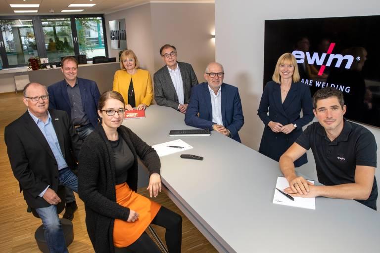 Die Köpfe hinter dem Familienunternehmen EWM (v.l.n.r.): Robert Stöckl (Vorstand Vertrieb), Stefan Szczesny (Vorstand Standorte China und Russland), Wiebke Szczesny-Bersch (Vorstand Finanzen & Controlling), Angelika Szczesny-Kluge (Aufsichtsratsvorsitzende), Michael Szczesny (stellvertretender Vorstandsvorsitzender), Michael Bersch (Vorstand Finanzen & Controlling), Susanne Szczesny-Oßing (Vorstandsvorsitzende), Jan Szczesny (Vorstand Technische Entwicklung)