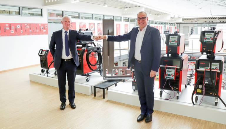 Freuen sich über die neue Partnerschaft (v.l.n.r.): Otwin Kleinschmidt, Division Manager Yaskawa Deutschland und Wolfgang Grüb, geschäftsführender Gesellschafter der Lorch Schweißtechnik GmbH.