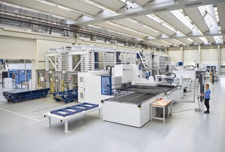 Die Smart Factory von Trumpf zeigt, wie sich verschiedene Maschinentypen miteinander vernetzen lassen. (Bild: Trumpf)