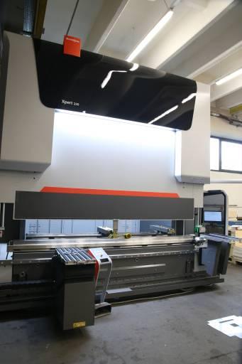 Mit der neuen Bystronic-Abkantpresse mit 250 t Presskraft und 3 m Biegelänge konnten die Fertigungsmöglichkeiten bei Valenta Metall deutlich ausgebaut werden. (Bilder: x-technik)