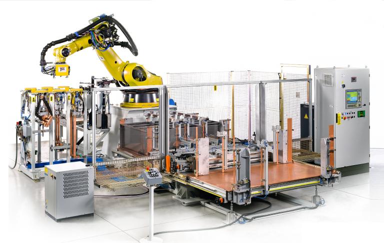 Die Roboterzelle ist ein flexibles Punktschweiß-Bearbeitungszentrum, das diverse Metallmöbel hochproduktiv fertigt.
