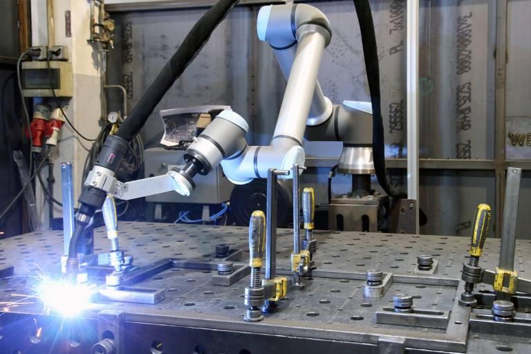 Bei der Stefan Ritzer GmbH ist mithilfe der Cobot-Komplettlösung von Abicor Binzel und Universal Robots der Einstieg in das automatisierte Schweißen erfolgreich gelungen. (Bilder: x-technik)