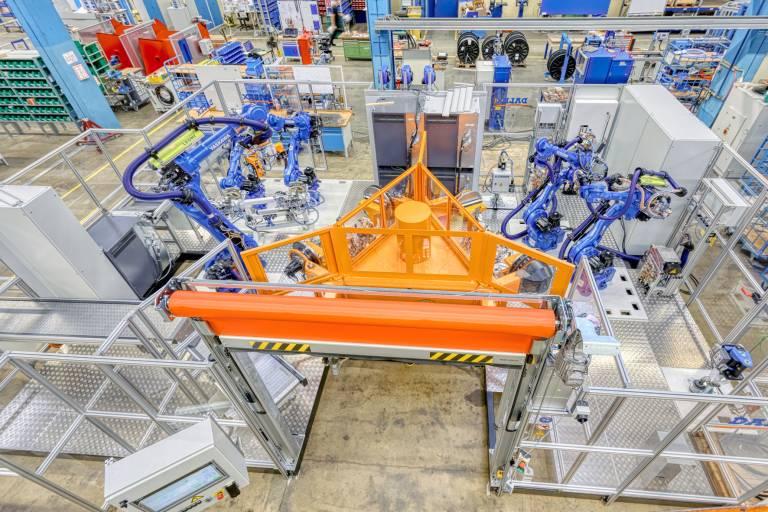 Für einen namhaften Automobilhersteller konzipierte und fertigte Dalex mehrere Roboterschweißanlagen zum Schweißen von Abgasstrangisolierungen. Ein wichtiger Bestandteil der Anlagen, um den Produktionsablauf komplett zu automatisieren, ist die gemeinsam mit Kyokutoh entwickelte, vollautomatische Nachbearbeitungseinheit. (Bilder: Dalex)