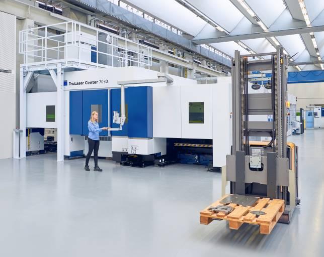 In der Smart Factory von Trumpf transportieren die Flurförderzeuge von Jungheinrich fahrerlos Teile auf Europaletten zu den verschiedenen Maschinen. (Bild: Trumpf)