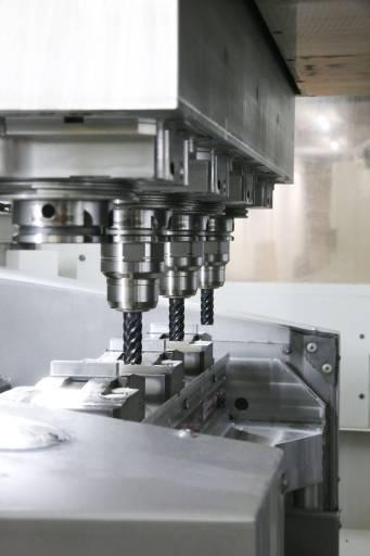 Das Herzstück des neuen Kerbfertigungszentrums III der voestalpine Stahl GmbH bildet die Stama MC332 TWIN², ein Vierspindler bei dem aufgrund der jeweils drei gleichen Stahlproben nur drei Spindeln zum Einsatz kommen.
