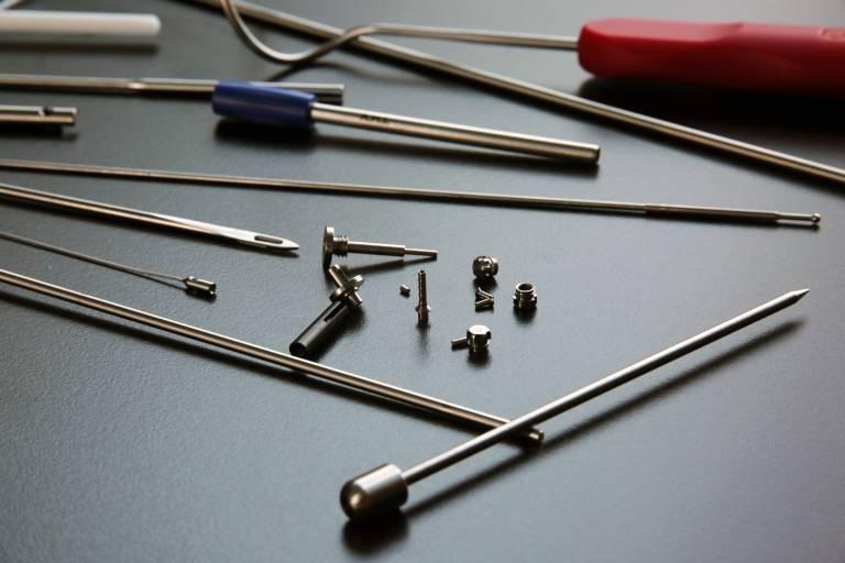 Zur Bearbeitung dieser komplexen und großteils sehr kleinen Medizintechnikteile setzt A.M.I. zwei Lang-/Kurzdrehautomaten TNL18 und TNL20 von Traub ein. Höchste Präzision und Oberflächengüte inklusive.