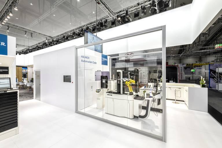 Auf der EMO 2019 zum ersten Mal zu sehen: die Roboterzelle Haimer Automation Cube zur vollautomatisierten Werkzeugvoreinstellung.