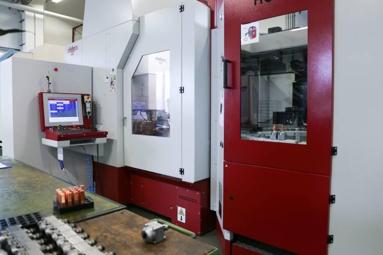 HSC-Fräsen in höchster Präzision: Die neue fünfachsige Röders RXP 601 DSH wird bei Binder Austria vornehmlich für die Elektrodenfertigung und das Hartfräsen eingesetzt.