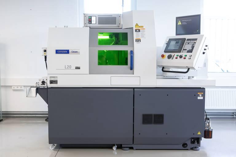 Sie kombiniert das Beste zweier Welten: Die Drehmaschine Cincom L20 mit Lasereinheit der Citizen Machinery Europe GmbH.