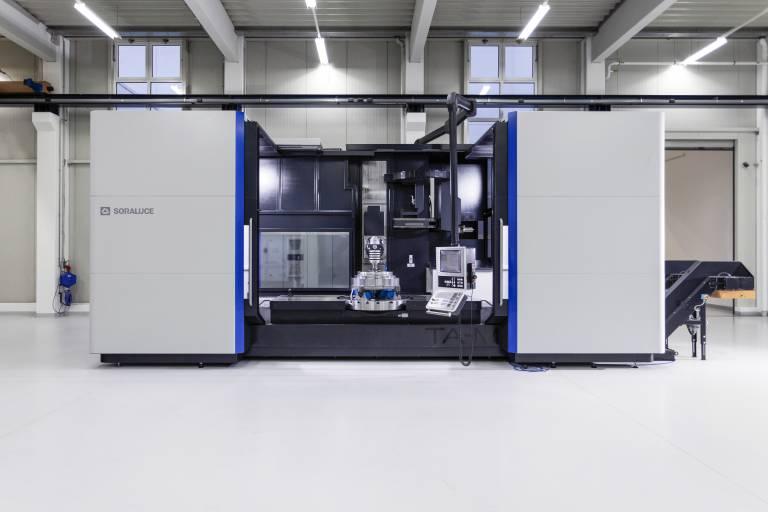 Das Bett Fräs-, Dreh- und Schleifcenter TA-M ermöglicht mehrere Bearbeitungsprozesse auf nur einer Maschine. Dadurch erreichen Anwender hohe Präzision und Werkstückqualität, da Ungenauigkeiten durch mehrfache Maschinenwechsel entfallen.