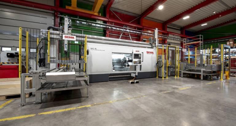 Die SEMA Maschinenbau GmbH bietet maßgeschneiderte Lösungen in Form von Serien- und Sondermaschinen sowie der passenden Automatisierungslösungen. Diese Anlage zur Bearbeitung von Hydraulikzylindern verfügt über ein automatisches Werkstückhandling als integralen Teil der Anlage.