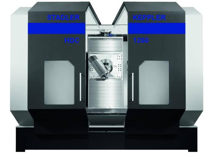 Das 6-Achs-Universal-Bearbeitungszentrum HDC 1250 von Stadler Keppler bietet Verfahrwege (X/Y/Z) von 1.250 x 1.290 x 1.000 mm inklusive Tischbeladung bis zu 3.000 kg. Hier ohne Palettenwechsler zu sehen.