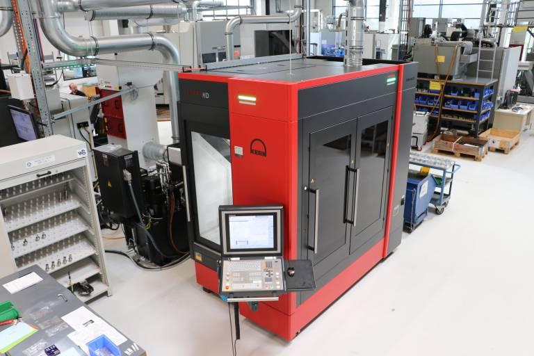 Die Kern Micro HD nimmt in der neuen Produktionshalle von Fuchshofer Präzisionstechnik nicht nur optisch eine besondere Stellung ein. Sie bildet auch technisch die Speerspitze der hochpräzisen 5-Achs-Fräsbearbeitung von Kleinteilen.