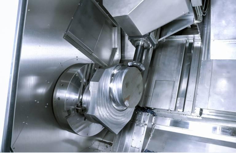 Vibrationsfreies Bearbeiten ist dank der Schwingungsdämpfer nahe der Werkzeugschneide der neuen Undercut-Schlichtfräser von WFL möglich.