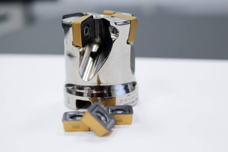 Der Hochvorschubfräser MILL 4 FEED mit 50 Millimeter Durchmesser von Iscar macht die wirtschaftliche, prozesssichere und schnelle Bearbeitung der Lagerschilde aus Titan erst möglich.