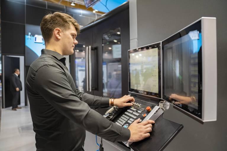 Für mehr Effizienz in der Fertigung: Die anwendungstechnische Unterstützung der Kunden wird bei Hurco großgeschrieben.